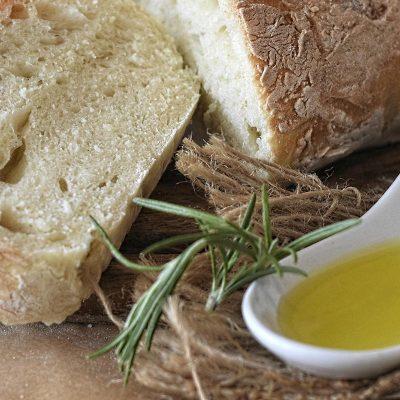 Olivenöl mit Chiabatta auf Holzbrett