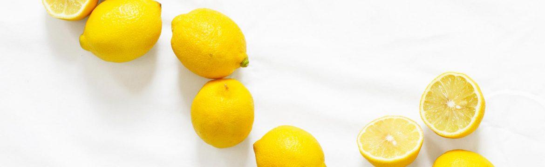 Zitronen auf Tischtuch